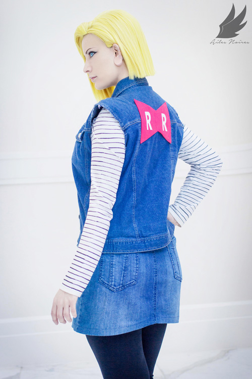 An 18 Year Old Woman Standing In Front Of A Mirror Stock: Android 18 De Dragon Ball Z