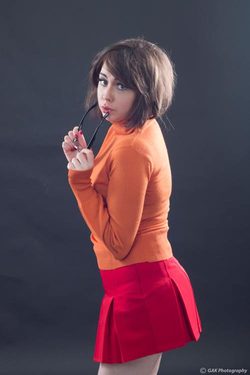 Cosplayer faz ensaio incrível como Velma de Scooby-Doo